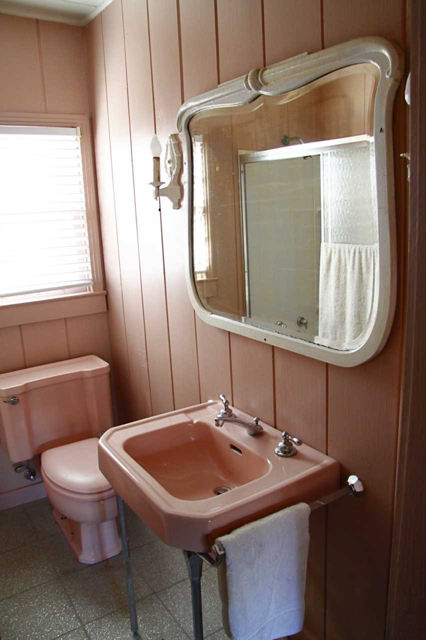 The two bathrooms in the Ranch House are kept spotlessly clean, and feature fluffy and clean bathroom linens, too.