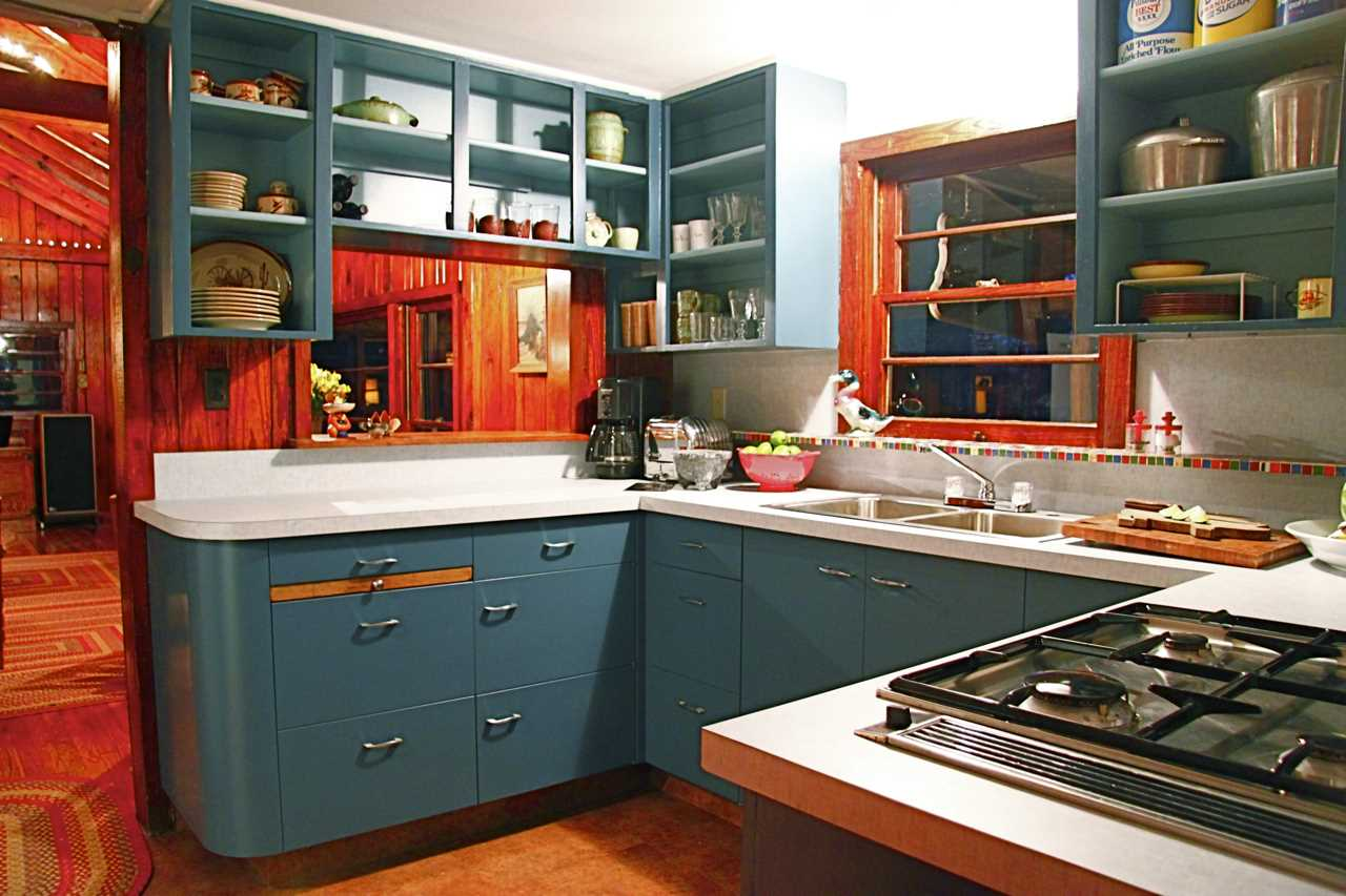 The thoroughly modern country kitchen is equipped with great appliances, and all the cookware and serving ware your crew will need for a good feed!