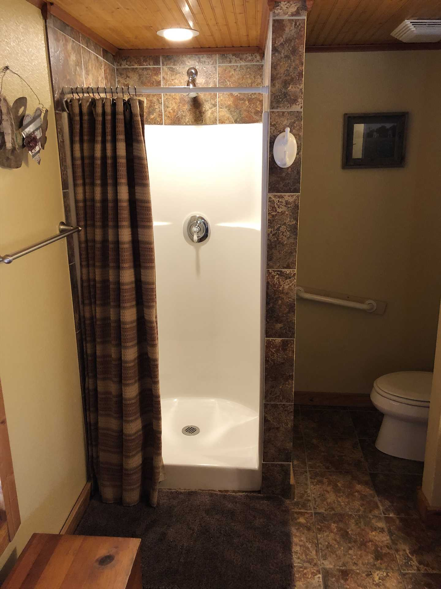 Your full bath here is spotlessly clean, and features a shower and plenty of clean linens.