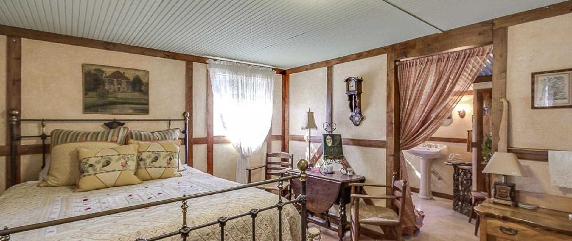 Antique furnishings and modern conveniences come together for an unforgettable romantic escape!