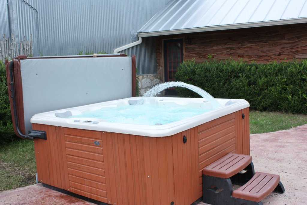 The sumptuous, bubbling comfort of the hot tub will melt your tensions away in pampered style!