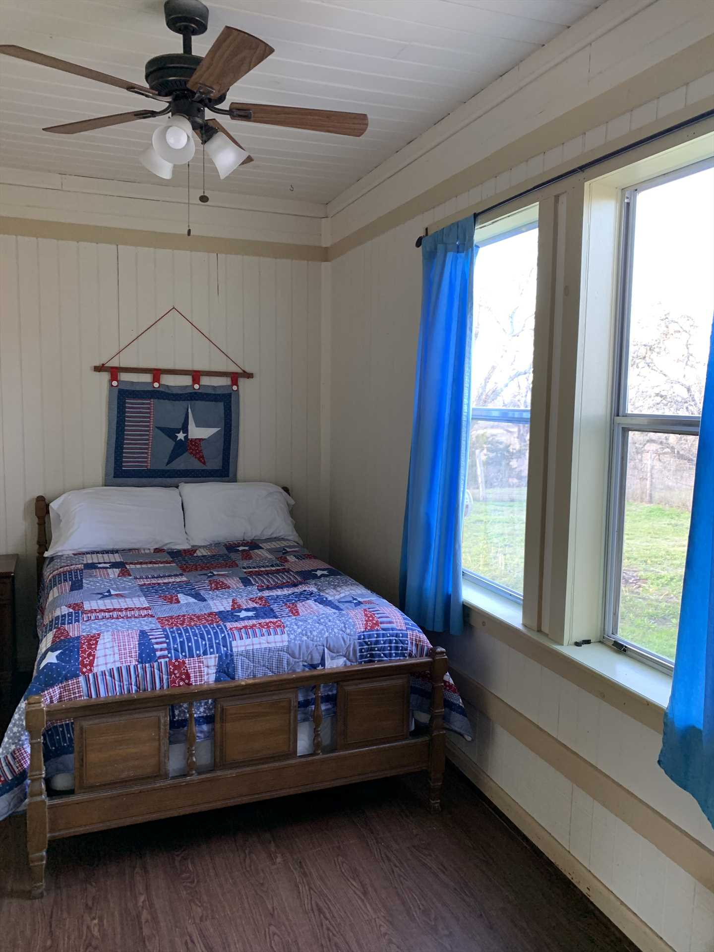 Plenty of natural lighting and an authentic Lone Star theme add to the cabin's charm!