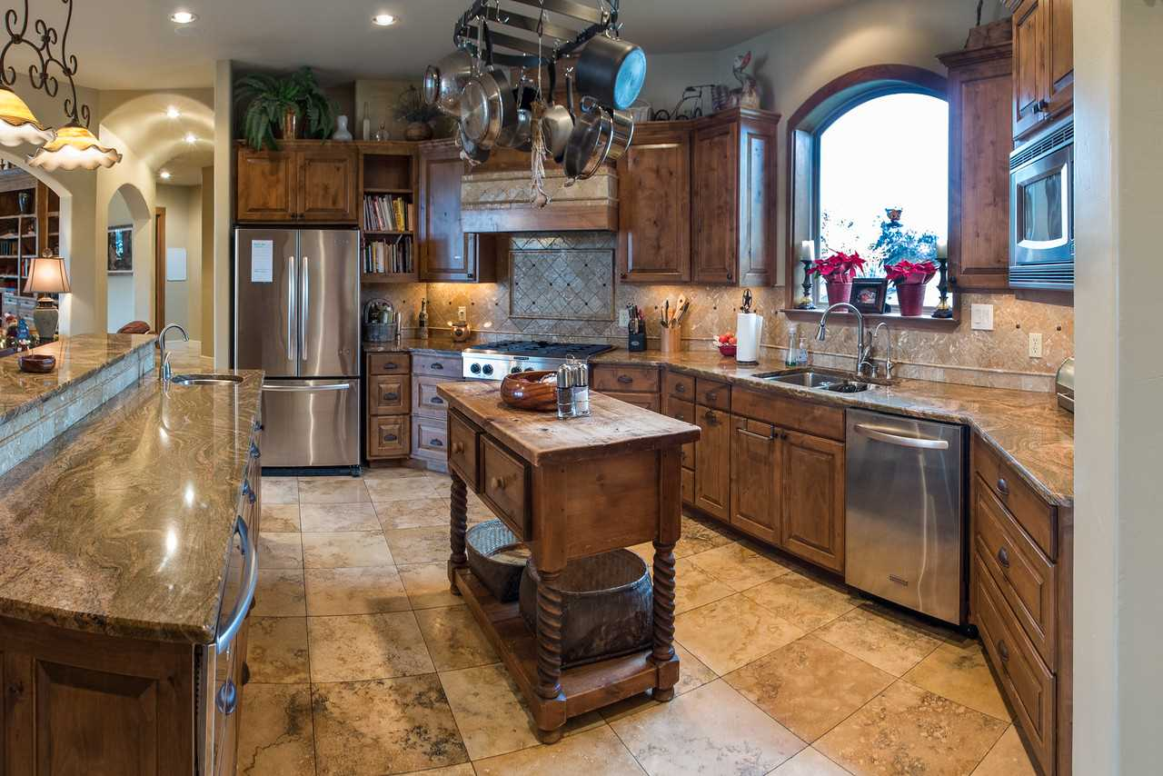The well-appointed kitchen here is absolutely massive! No matter how many cooks you have in your crew, they'll all have space to show off here.