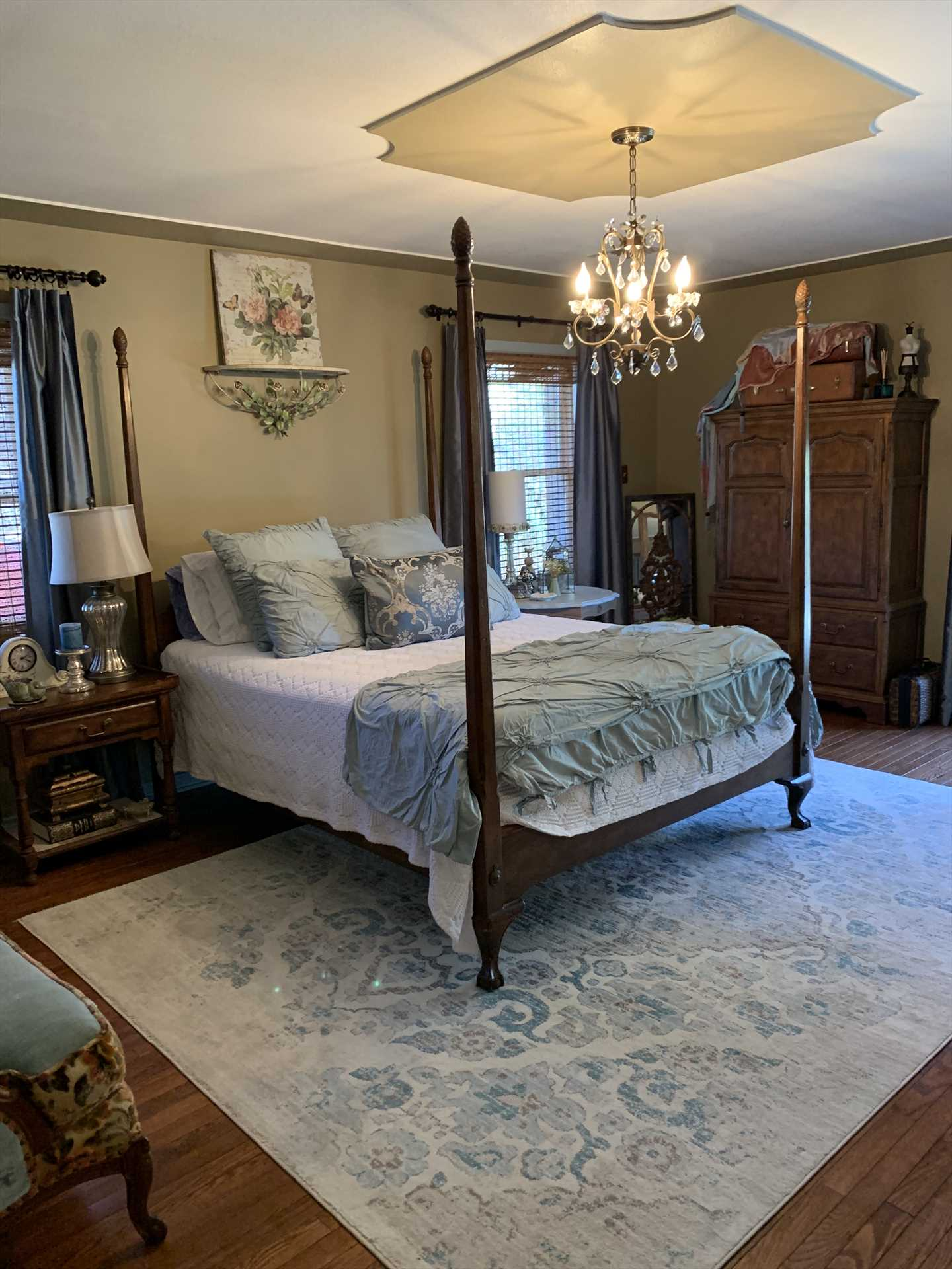 Rest like ranch royalty in the big and comfy queen-sized bed in the downstairs master bedroom! Fresh and clean linens are provided for all the beds at Water's Edge.