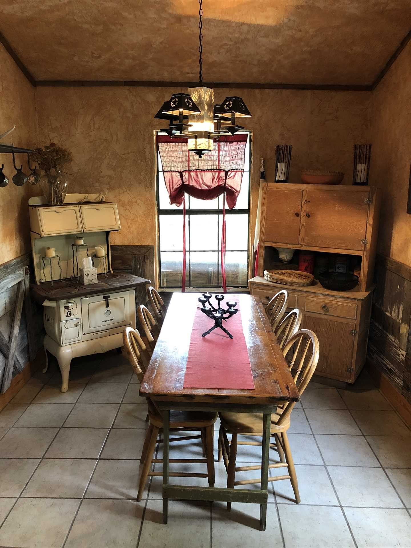 You can almost hear the nostalgic clang of the dinner bell calling you to this wonderful country kitchen!