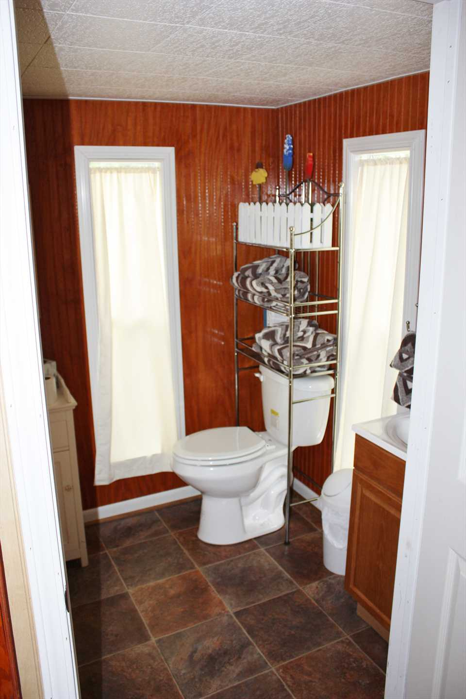 The cabin includes a half-bath, and the full bath in the main house has a tub and shower combo. Fluffy bath and bed linens are included for all!