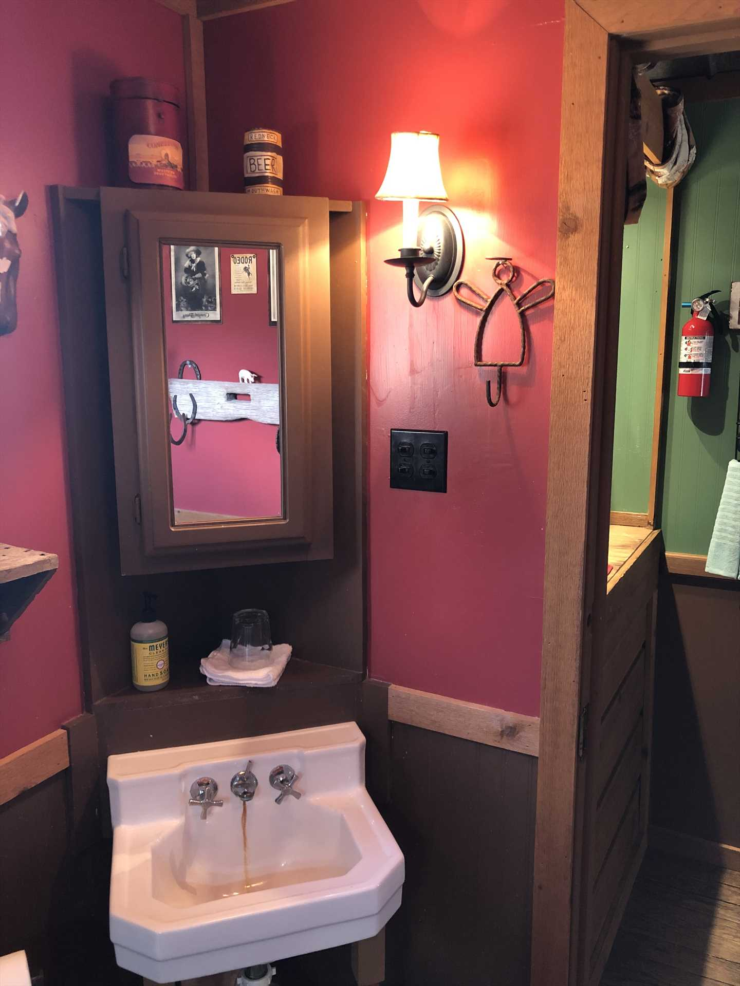Even the decorative touches in full bath catch our guests' attention! Our recent visitor Amy pointed out