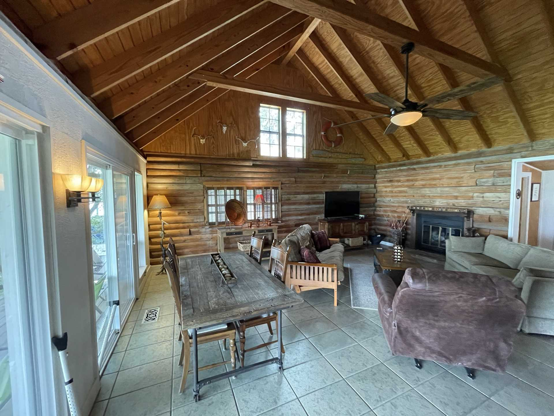 Beautiful beamed and vaulted ceilings highlight the ample and friendly space of the living area.
